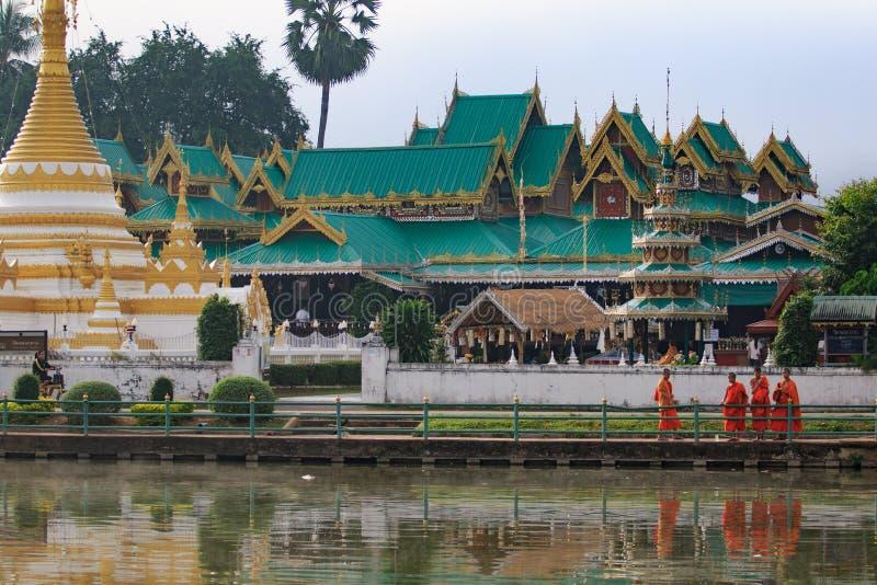 MAEHONG SORN TAILANDIA - ENERO 22,2017: monje tailandés que se coloca en fron imagen de archivo libre de regalías