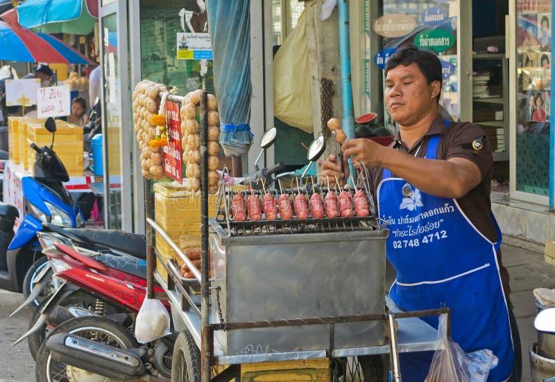 MAEKLONG, THAILAND-DECEMBER 11,2016 :传统泰国食物, E圣香肠东北泰国样式,格栅在钢的E-Saan香肠 免版税库存照片