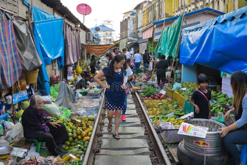 MAEKLONG THAILAND-DECEMBER 11,2016: Den berömda järnväg marknaden eller hopfällbar paraplymarknad på Maeklong, Thailand, berömd m arkivbilder