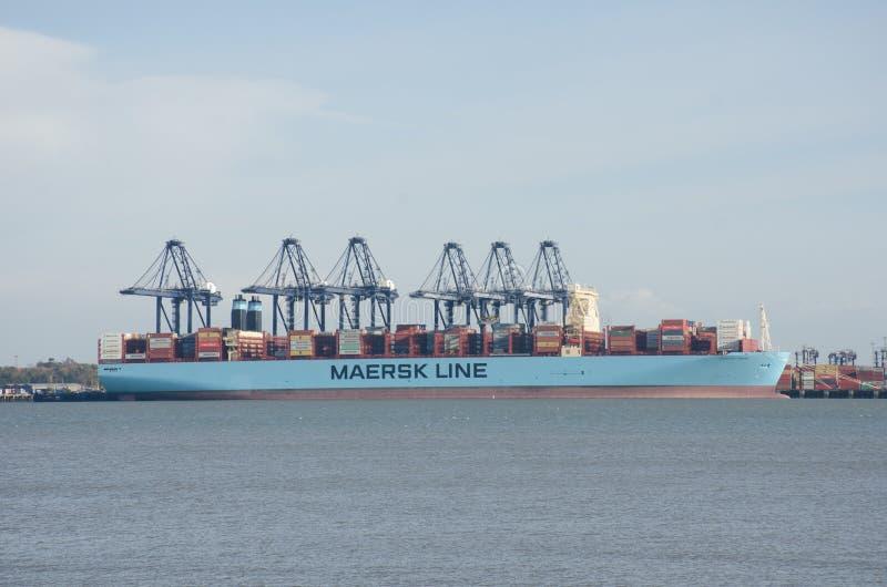 Maersk Wykłada zbiornika statek w porcie Flexistowe z żurawiami obrazy royalty free