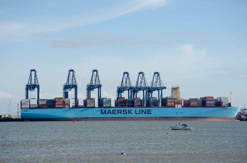 Maersk Wykłada zbiornika statek w porcie przy Flexistowe z żurawiami zdjęcie royalty free