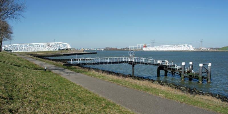 Maeslantkering no Nieuwe Waterweg com fase de aterrissagem na parte dianteira imagens de stock royalty free