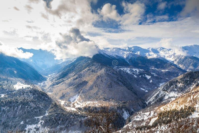 Maestoso si rannuvola la valle della montagna di fotografie stock