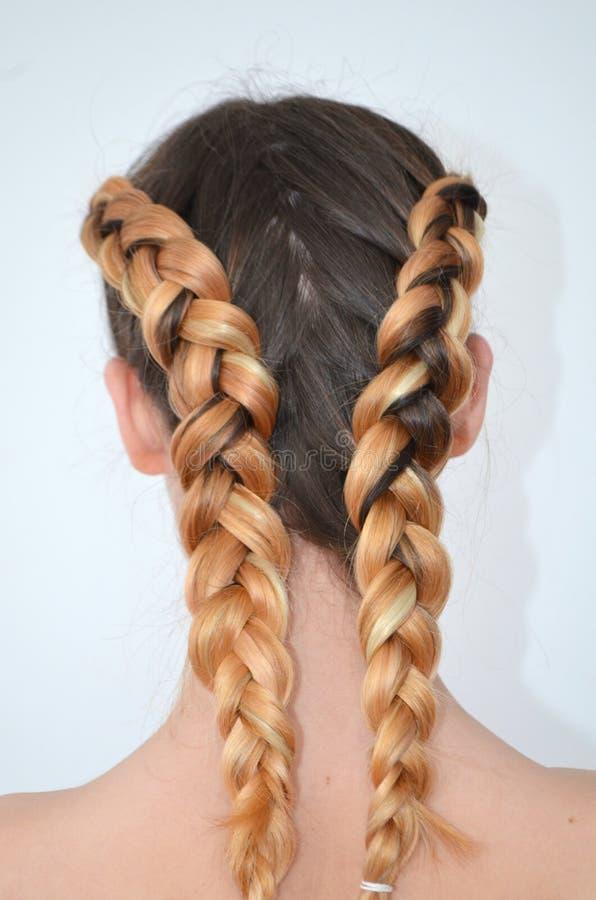 Maestría de tejer del pelo con la longitud larga del pelo foto de archivo libre de regalías