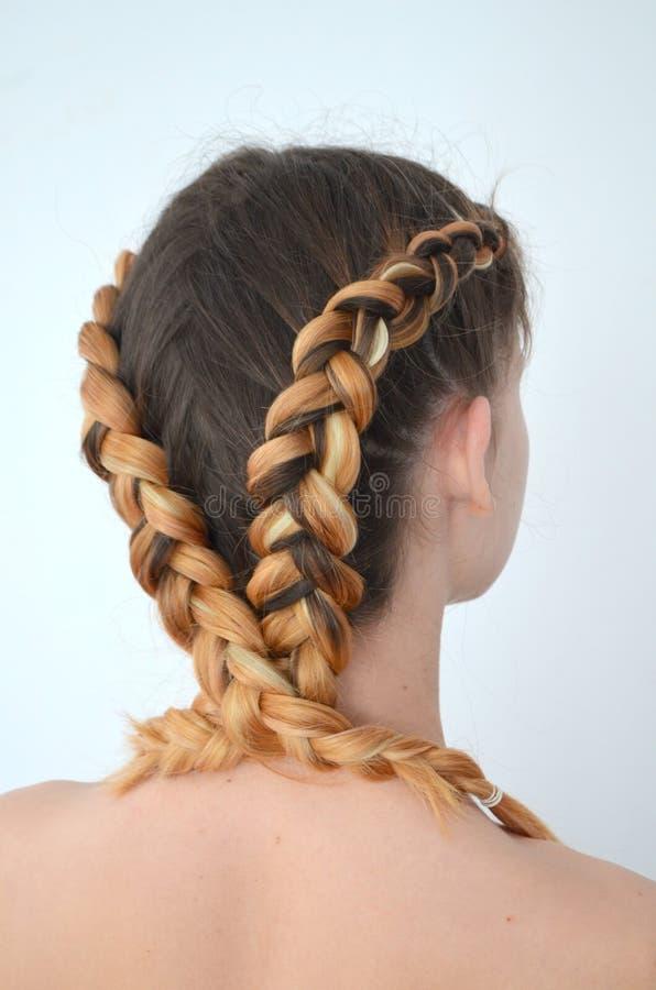 Maestría de tejer del pelo con la longitud larga del pelo fotografía de archivo