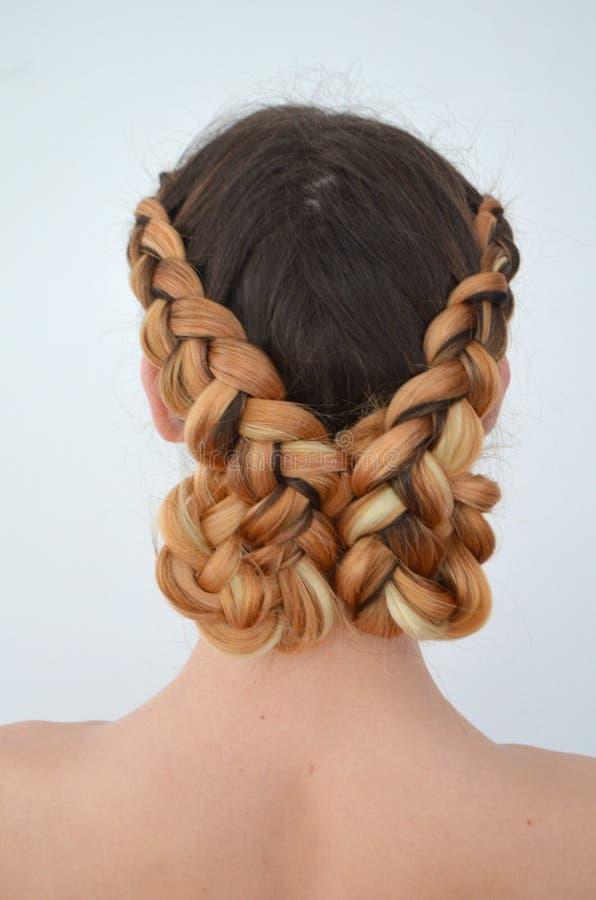Maestría de tejer del pelo con la longitud larga del pelo fotografía de archivo libre de regalías