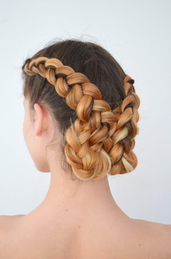Maestría de tejer del pelo con la longitud larga del pelo fotos de archivo libres de regalías