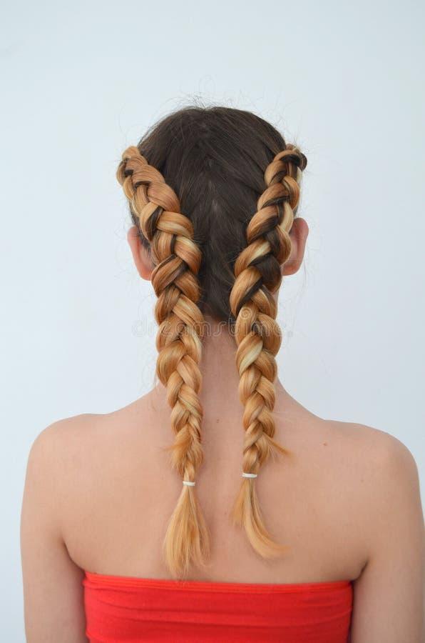 Maestría de tejer del pelo con la longitud larga del pelo imagen de archivo