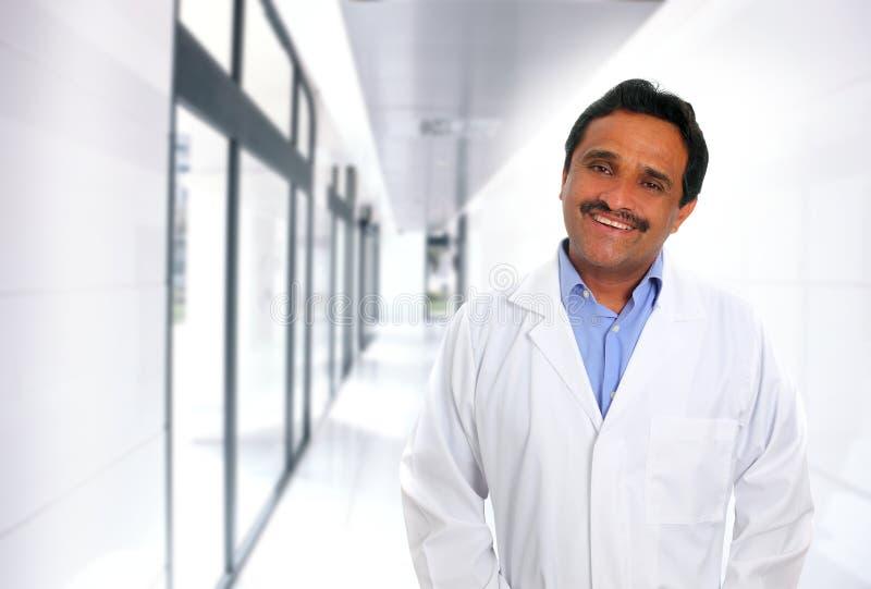 Maestría latina india del doctor que sonríe en hospital fotos de archivo libres de regalías