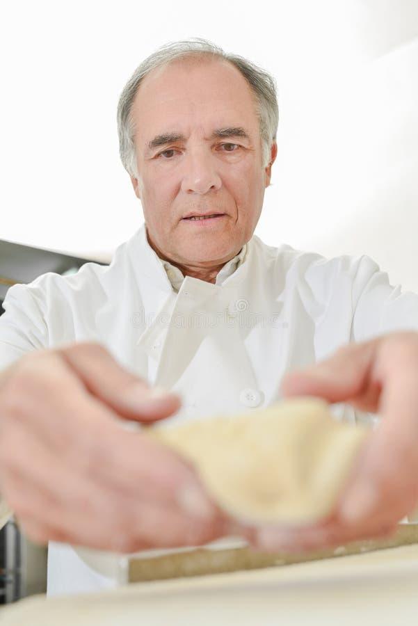 Maestro cocinero en el trabajo foto de archivo
