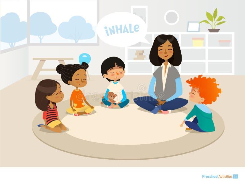 Maestro de jardín de infancia y niños sonrientes que se sientan en círculo y meditar Actividades preescolares y estafa de la educ stock de ilustración