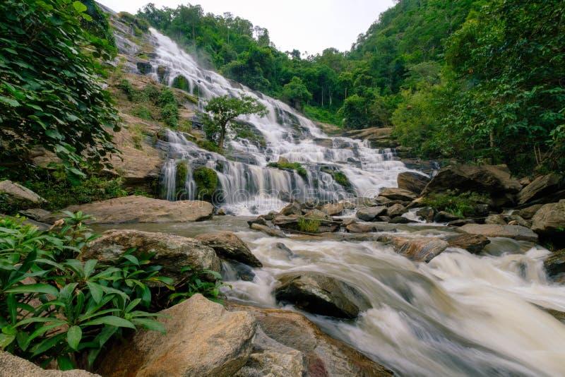 Maeya vattenfallDoi Inthanon nationalpark Thailand arkivfoto