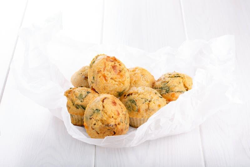 Maffins saborosos do queijo com manjericão e o tomate sol-secado fotos de stock