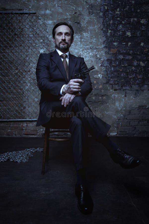 Mafiachef, der nobel und gefährlich schaut stockfoto