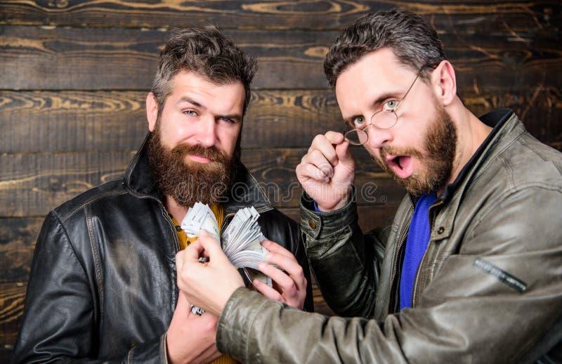 Mafijny biznes Imponująco zysk Mężczyzny modnisia odzieży brutalna brodata skórzana kurtka i chwyta gotówkowy pieniądze Bezprawny fotografia stock