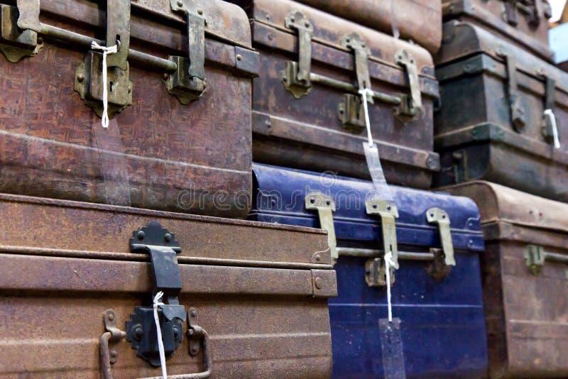 Magasin av gamla resväskor royaltyfri bild