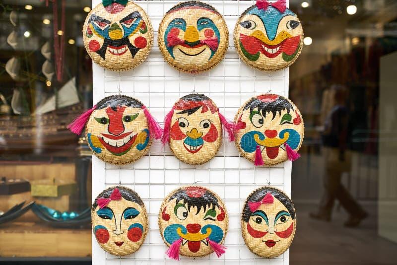 Magasin avec les masques en bambou de visage émotif coloré à Hanoï photo libre de droits