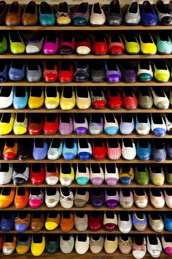 Magasin coloré courant d'étagères de chaussures de ballerines image libre de droits