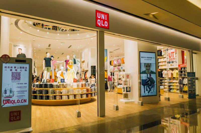 Magasin détaillant d'échine de produits textiles et d'habillement d'Uniqlo de marque du Japon images stock