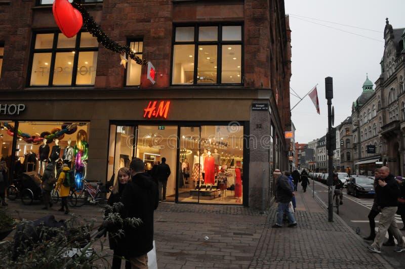 Magasin détaillant suédois de H&M à Copenhague Danemark photographie stock