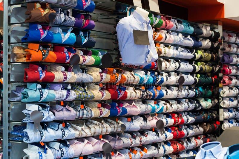 Magasin d'habits cher avec des chemises en coton images libres de droits
