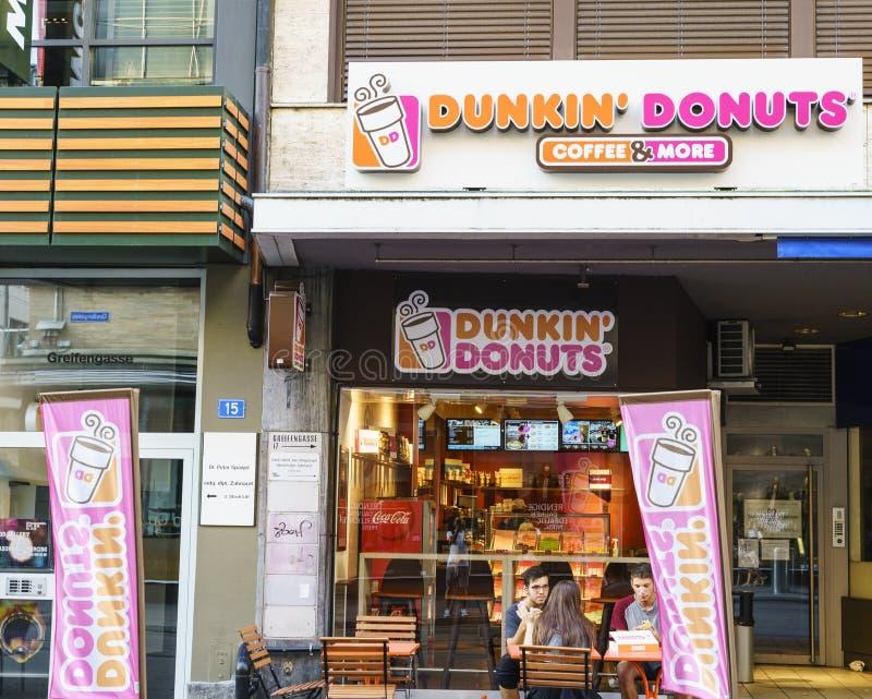 Magasin de butées toriques de Dunkin en Suisse image stock