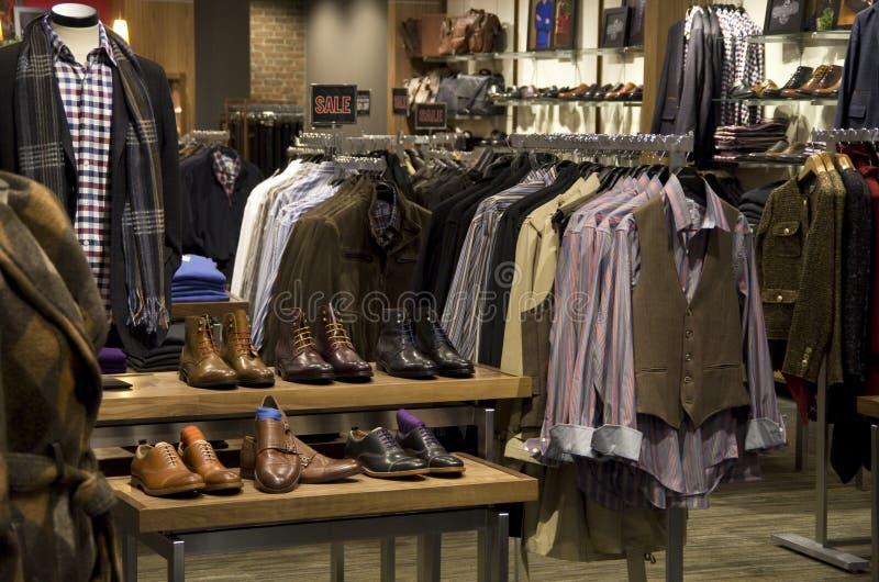 Magasin de chaussures de vêtements de mode d'hommes d'homme photo libre de droits