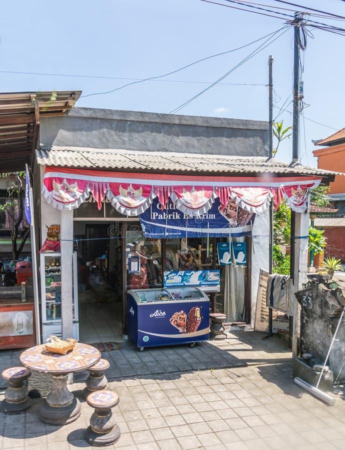 Magasin de cr?me glac?e de v?tements et dans Banjar Gelulung, Bali Indon?sie photos stock