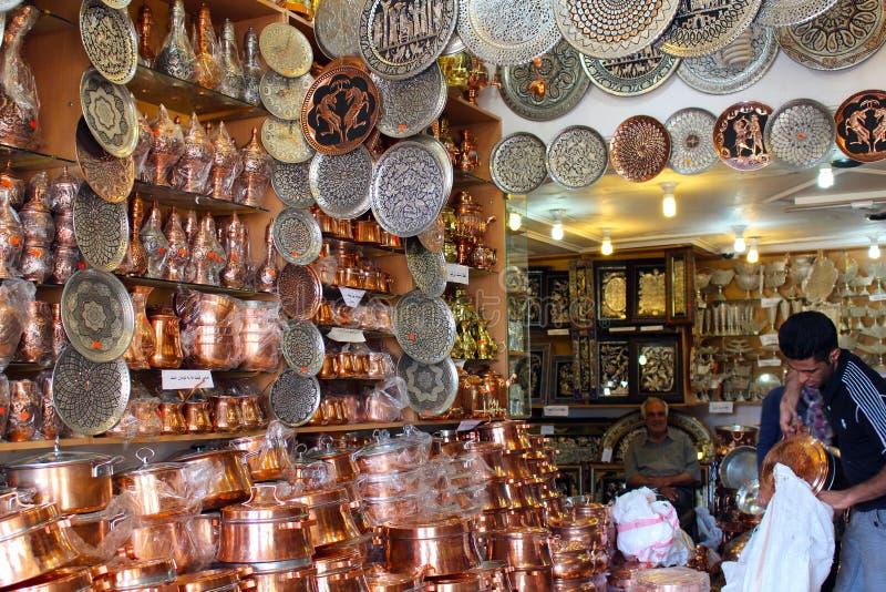 Magasin de cuivre de cookware à l'intérieur du bazar de Kerman photo libre de droits