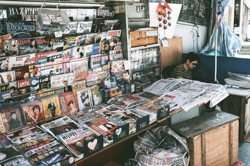 Magasin de journaux et de magazines photos stock