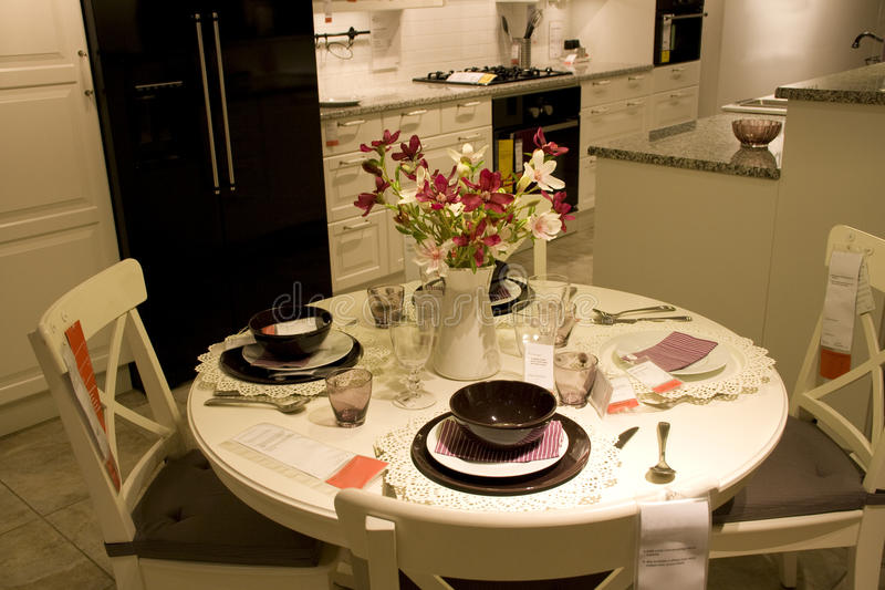 Magasin de meubles réglé de table de salle à manger images libres de droits