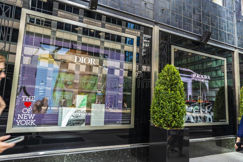 Magasin de Prada et de Dior dans le magasin de Bloomingdale's à New York City, Etats-Unis images libres de droits