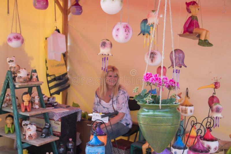 Magasin de rue pour les jouets de jardin et la d?coration nains d'arri?re-cour photographie stock