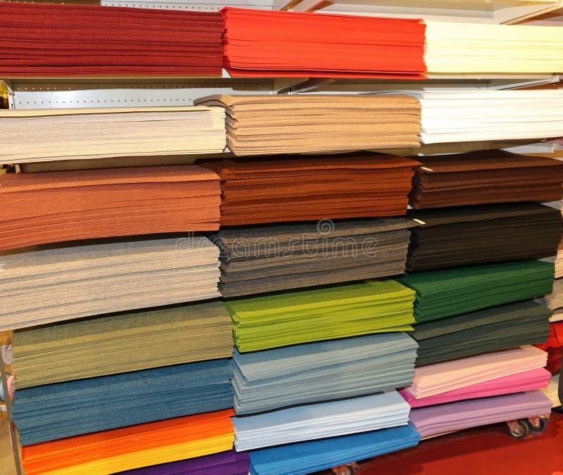 Magasin de tissu avec beaucoup de produits textiles à vendre sur les étagères image libre de droits