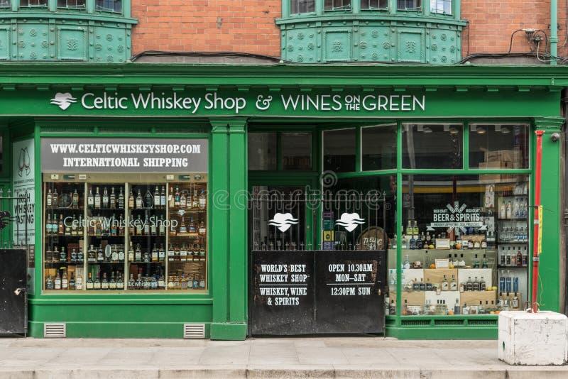 Magasin de vins et de spiritueux celtique de whiskey à Dublin, Irlande images libres de droits