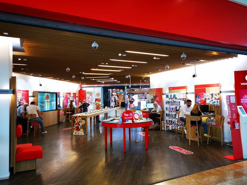 Magasin de Vodafone à la ville d'achats de Baneasa de mail, Roumanie image stock