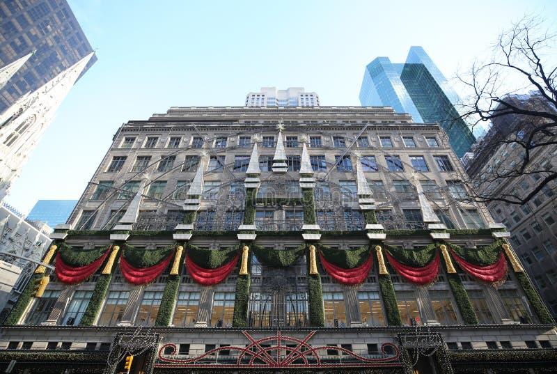 Magasin emblématique célèbre de Saks Fifth Avenue avec l'affichage de fenêtre de vacances à Manhattan photo libre de droits