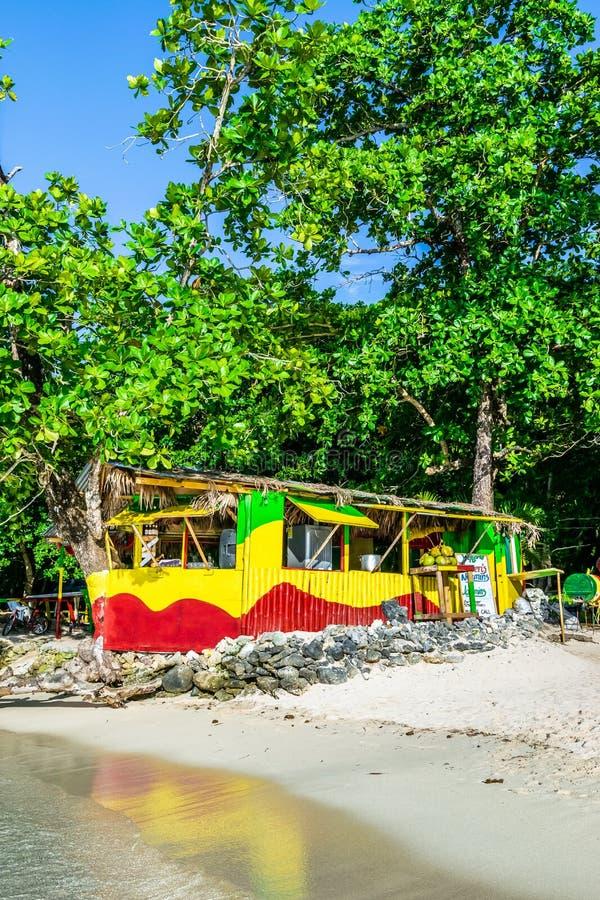 Magasin extérieur en bambou coloré traditionnel de cuisinier de vendeur sur la plage de Winnifred à Portland, Jamaïque image libre de droits
