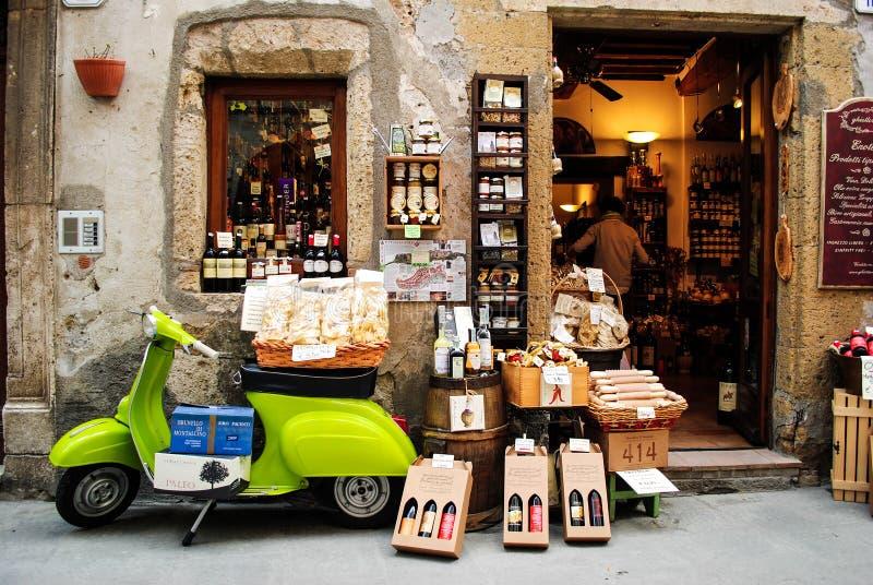 Magasin local dans la ville de Pitigliano photos stock