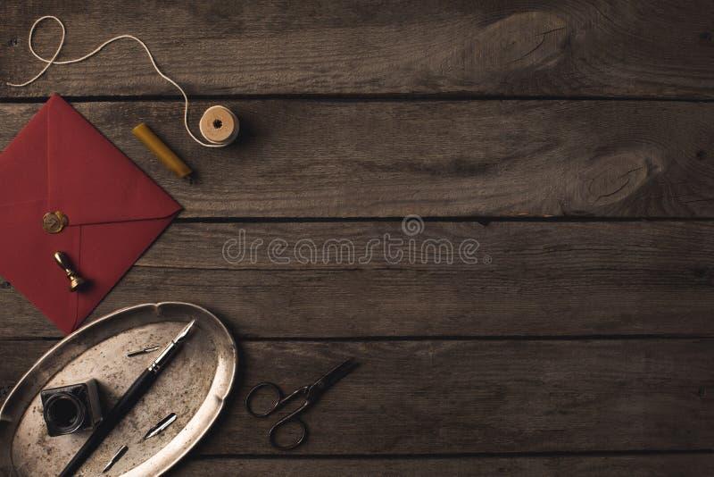 Magasin med bläckpennan och det röda kuvertet arkivfoton