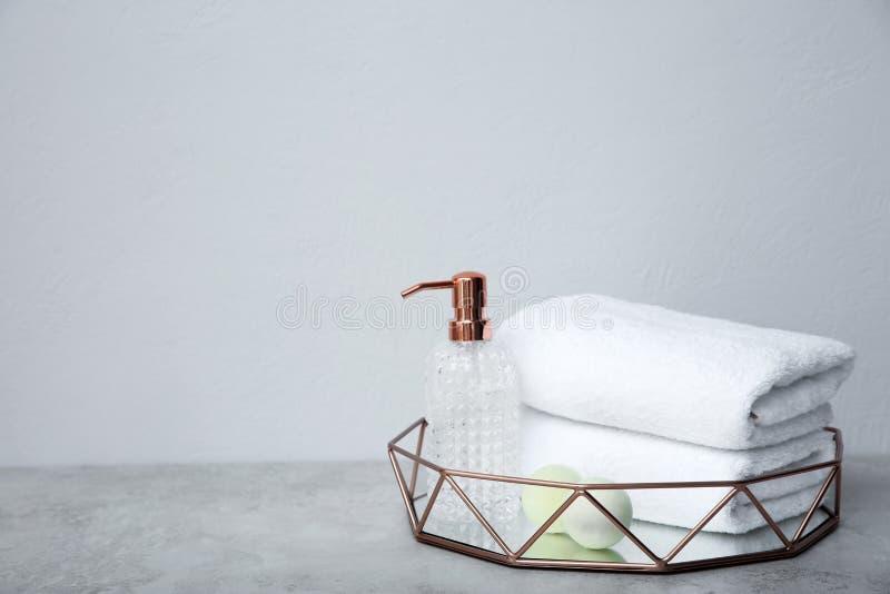 Magasin med handdukar och toalettartiklar på tabellen royaltyfria bilder