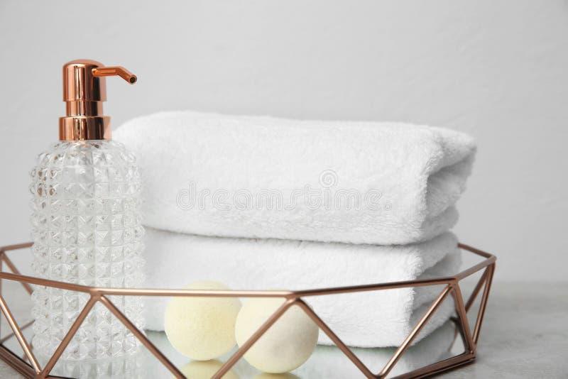 Magasin med handdukar och toalettartiklar på tabellen royaltyfri foto