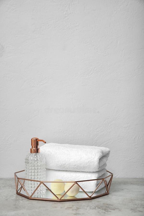 Magasin med handdukar och toalettartiklar på tabellen royaltyfri bild
