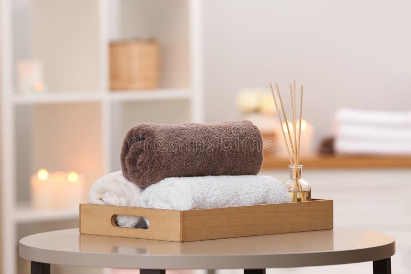 Magasin med handdukar och vassluftfreshener på tabellen royaltyfri fotografi