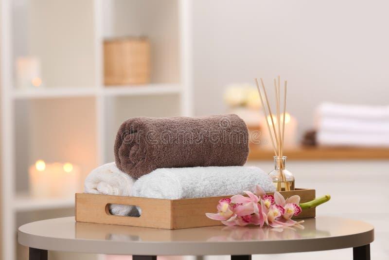 Magasin med handdukar och vassluftfreshener på tabellen royaltyfri bild