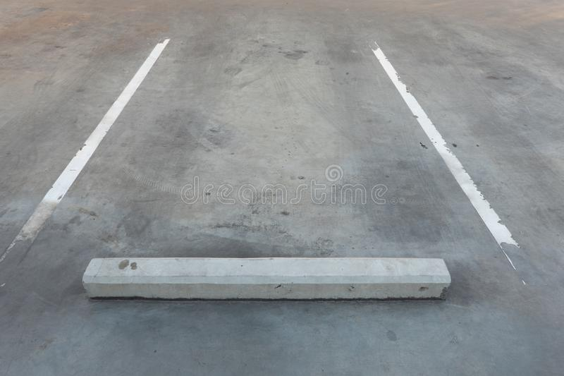 Magasin vide vide de parking/garage avec l'espace de rédaction publicitaire photo stock