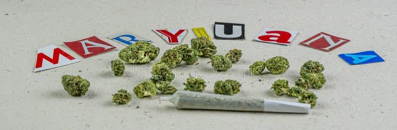 Magasine pisze list marihuana pączki zdjęcie stock