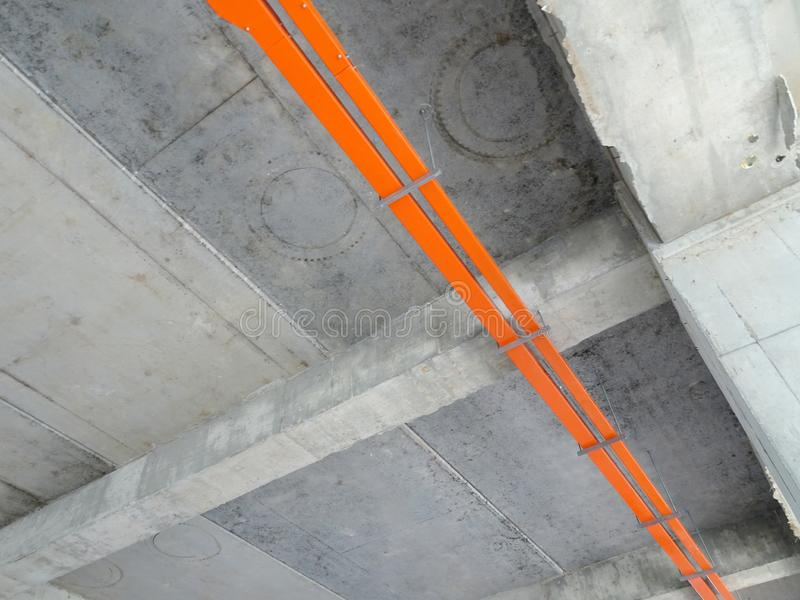 Magasinet för elektrisk kabel installerar att hänga på den ovannämnda golvsoffiten arkivbild