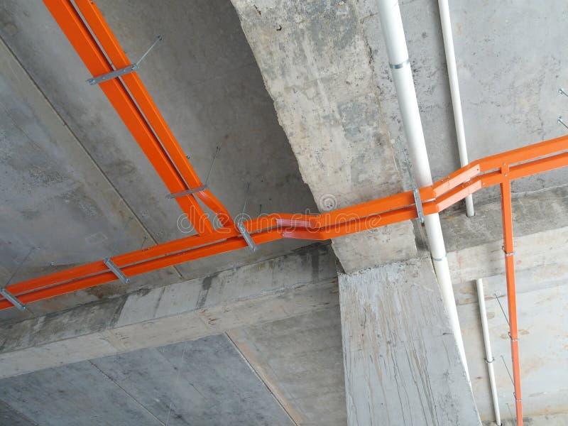 Magasinet för elektrisk kabel installerar att hänga på den ovannämnda golvsoffiten royaltyfri fotografi