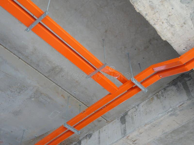 Magasinet för elektrisk kabel installerar att hänga på den ovannämnda golvsoffiten arkivbilder